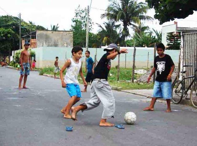 ブラジルではサッカーが生活に溶け込んでいます。